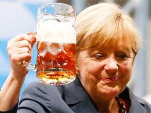 angela-merkel-toasts-with-beer (1)